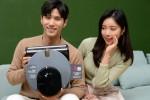 LG전자 모델들이 로봇청소기 신제품 LG 코드제로 씽큐 R9 보이스를 소개하고 있다