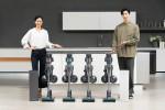 삼성전자 모델이 2020년형 프리미엄 무선 청소기 삼성 제트와 미세먼지 걱정없이 먼지 통을 간편하게 관리할 수 있는 청정스테이션 신제품을 소개하고 있다