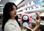 GS25에서 발렌펭수세트와 참치삼각김밥을 구매하고 있다
