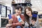 SK텔레콤 홍보모델들이 갤럭시S20 플러스 아우라 블루 모델을 소개하고 있다