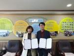 강원외국어교육원 홍광자 원장과 엠글리쉬 이만홍 대표가 업무협약 체결 후 기념사진을 찍고 있다
