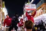 레드엔젤과 배우 김보성이 사회적 거리두기 2m 간격유지를 부탁하며 마스크와 손소독제, 바이러스 패치를 전달하고 있다
