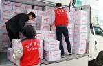 자원봉사자가 마스크와 생활용품을 담은 다이소 행복박스 200상자를 싣고 있다
