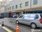 글로벌쉐어 임직원이 대구 경북대학교병원을 방문하여 의료진을 위한 KF94 마스크 5000여개를 전달하고 있다
