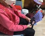 성민재가노인복지센터에서 노인맞춤돌봄서비스 대상자에게 마스크를 전달하고 있다