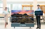 삼성전자 모델이 2020년형 QLED 8K TV 사전판매 이벤트를 소개하고 있다