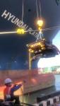 5000TEU급 컨테이너선 현대 플래티넘호의 선체 클리닝을 위해 잠수 로봇이 투입되고 있다