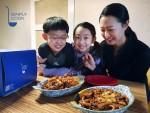 GS리테일의 심플리쿡 간식메뉴를 가족들이 함께 즐기고 있다
