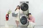 LG전자 모델들이 인공지능 DD세탁기 트롬 씽큐를 소개하고 있다