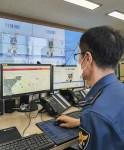 경북 경산경찰서의 경찰관이 지오비전을 통해 실시간 유동인구를 파악하며 핀 포인트 순찰을 준비하고 있다