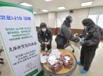 건국대학교 직원들이 코로나19 감염병 예방을 위해 2주간 별도 기숙사에서 생활하는 유학생들에게 도시락과 간식을 나눠주고 있다