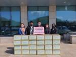 글로벌쉐어 임직원들이 행복상자 전달식을 갖고 기념촬영을 하고 있다