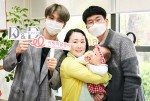 강다니엘이 김지연(가명) 아동 가족과 함께 기념 촬영을 하고 있다