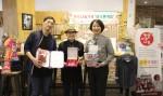 왼쪽부터 보스톤커피 대표 최성준, 이사 장미숙, 한국청소년연맹 황경주 사무총장이 기념사진을 찍고 있다