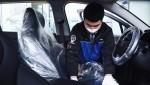 베이징현대 직원이 고객 차량 실내 소독 서비스 준비 작업을 하고 있다