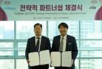 왼쪽부터 포스뱅크 은동욱 대표이사와 진코퍼레이션 이창희 대표가 파트너십 체결 후 기념 촬영을 하고 있다
