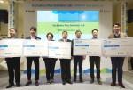 한국사회투자와 메트라이프재단이 지난해 개최한 임팩트투자 데모데이 '딜 쉐어 라이브'에서 수상 기업들이 기념촬영을 하고 있다
