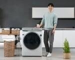 삼성전자 모델이 삼성전자 국내 최대 용량 24kg 그랑데AI 세탁기 신제품을 소개하고 있다