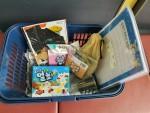 가정에 전달되는 키트 바구니에 아동들을 위한 다양한 놀이, 학습 물품이 담겨 있다