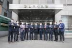 왼쪽부터 여섯 번째 대한법무사협회 최영승 협회장과 임원 11명이 코로나19 극복을 위해 애쓰는 의료진, 공무원, 국민들을 응원하며 #덕분에 챌린지를 진행하고 있다