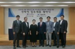 가운데 왼쪽부터 박경애 크레소티 대표, 강원주 웹케시 대표가 제휴 협약 체결 후 기념 촬영을 하고 있다
