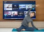 삼성전자 모델이 2020년형 삼성 스마트 TV용 삼성 헬스 앱으로 홈 트레이닝 영상을 시청하며 동작을 따라하고 있다