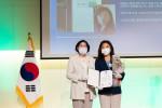 왼쪽부터 이정옥 여성가족부 장관, 권지혜 서울과학기술여성새로일하기센터 센터장이 여성가족부장관을 수상하고 기념촬영을 하고 있다