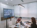 건국대학교 입학사정관들이 입학정보관에서 온라인 화상 회의시스템을 이용한 비대면 입학전형설명회 '온 쿠'를 진행하고 있다