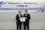 왼쪽부터 플랫바이오 김선진 대표와 비씨켐 서정법 대표가 업무 협약식 이후 기념 촬영을 진행하고 있다