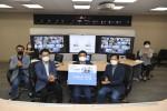오른쪽 세 번째에 있는 송호성 기아자동차 사장이 7월 1일 서울 서초구 기아차 사옥에서 진행된 '함께 극복, 코로나19' 온라인 기금전달식에서 관계자들과 포즈를 취하고 있다(사진=