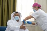 아부다비 보건청장 셰이크 압둘라 빈 모하메드 알 하메드가 코로나19에 맞서는 세계 최초의 임상 실험 3단계 코로나19 불활화 백신 주사를 맞고 있다