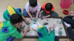 짝꿍이랑 싱글벙글 프로그램 참가 아동들이 샌드 스크린을 활용한 모래 놀이를 하고 있다