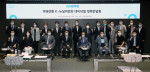 'K-뉴딜위원회 데이터 댐 정책간담회'가 열린 가운데 김용우 더존ICT그룹 회장(사진 앞줄 왼쪽부터 세 번째)과 이해찬 더불어민주당 대표(사진 앞줄 왼쪽부터 다섯 번째)를 비롯한