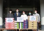 왼쪽부터 두 번째 요진건설산업 이병호 상무와 왼쪽부터 세 번째 한국보육원 이진선 원장이 기념 촬영하고 있다