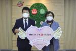 사랑의열매-미니골드 브랜드 콜라보 협약식에서 왼쪽부터 ㈜HON 노희옥 대표이사와 사랑의열매 김연순 사무총장이 기념 촬영을 하고 있다