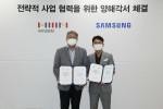강봉구 삼성전자 한국총괄(오른쪽)과 강승수 한샘 회장(왼쪽)이 양사 간 공동사업 강화를 위한 업무협약을 체결했다