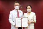 왼쪽부터 김영훈 고려대 의무부총장과 김영민 바야다홈헬스케어 대표가 MOU를 체결하고 기념촬영을 하고 있다