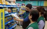 GS더프레시 고양백석점에서 본사 담당자가 자활근로자들에게 상품교육을 실시하고 있다
