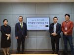 사진 왼쪽부터 킹고스프링 최유승 매니저, 정진동 대표, 태인교육 유호재 대표, 박수한 이사가 투자계약 체결 뒤 기념 사진을 찍고 있다