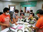 마음이음플러스 주민상담활동가와 돌봄대상자가 밑반찬만들기 공동체활동에 참여하고 있다