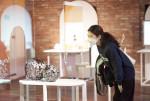 전시장을 찾은 시민이 신당창작아케이드 주미화 작가의 작품 'Moment'를 관람하고 있다