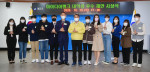 건국대학교 정치외교학과 학생들이 대학생 우수 정책 제안 표창을 받은 후 김선갑 광진구청장과 함께 기념촬영을 하고 있다