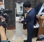 10월 28일 서울 관악구에서 열린 소상공인 키오스크 지원 사업 1호점 선정식에서 한결원 윤완수 이사장이 제로페이로 결제하고 있다