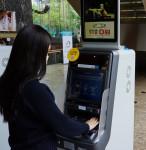 GS25 고객이 스마트ATM에서 생체 인증을 통해 현금 인출 서비스를 이용하고 있다
