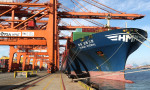 HMM 인테그랄호가 30일 저녁 출항을 앞두고 부산신항에서 미주 지역으로 향하는 국내 수출기업의 화물을 선적하고 있다