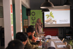 한국사회투자가 KOICA 민관협력사업으로 진행하고 있는 '인도네시아 사회문제해결 혁신창업 지원 강화 사업'에서 한 멘토가 청년 창업 교육을 위해 소셜 벤처에 대한 강의를 진행하고