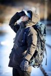 모델이 착용한 레드페이스 콘트라 클래식 다운 하프 재킷