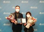 왼쪽부터 어플라이드 머티어리얼즈 코리아 김형준 부사장과 초록우산어린이재단 김창연 경기지역본부장이 기념촬영을 하고 있다
