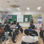 왼쪽부터 고종은 교사, 김형진 교수가 양주 은봉초에서 유튜브 리터러시 수업을 진행하고 있다