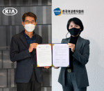 왼쪽부터 기아자동차 국내사업본부장 권혁호 부사장, 한국여성벤처협회 박미경 회장이 비대면 업무협약식을 진행하고 기념촬영을 하고 있다